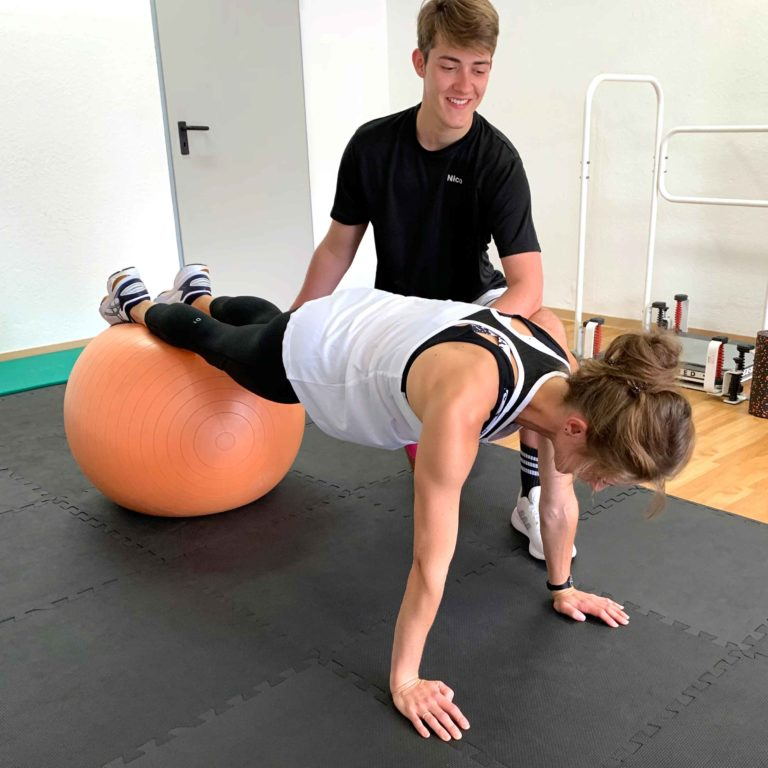 Medizinisches Personal Training – Rehaktiv Engelskirchen: Planke mit Pezziball